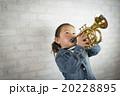 トランペットを吹く女の子 20228895
