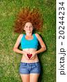 女性 女の子 草の写真 20244234