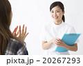 医療イメージ カウンセリングする若い女性看護師 20267293