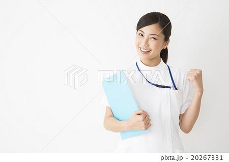 医療イメージ 白衣の若い女性看護師 20267331