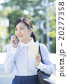 屋外でスマホで通話するビジネスウーマン 20277358