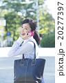 屋外でスマホで通話するビジネスウーマン 20277397