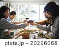 ホームパーティーでの食事 20296068