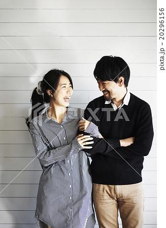 仲睦まじいカップル 20296156