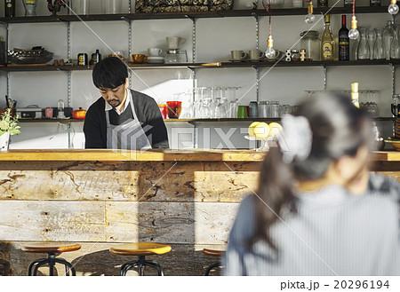 カフェのカウンターに立つ男性 20296194