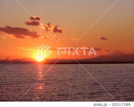 ダイヤモンド富士が近づいている稲毛海岸の日没と富士山 20317386