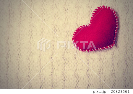 Textile red heart on a white knitted textureの写真素材 [20323561] - PIXTA