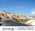 トルコ カッパドキア キノコ岩と道路 20327625