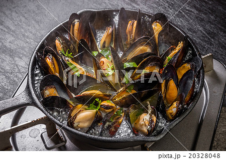 スキレットで作るムール貝のワイン蒸し Wine steaming of the mussel 20328048