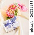 プレゼントと花束 20331168