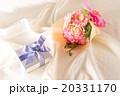 プレゼントと花束 20331170