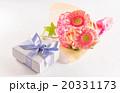 プレゼントと花束 20331173