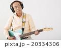 エレキギターを演奏して楽しむシニア男性 20334306