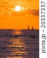 【ハワイ】ワイキキビーチからから眺める夕暮れ 20337337