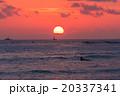 【ハワイ】ワイキキビーチからから眺める夕暮れ 20337341