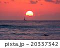 【ハワイ】ワイキキビーチからから眺める夕暮れ 20337342