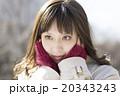 若い女性 頬に手を うれしい はずかしい 見つめる 表情  20343243