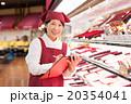 スーパーで働くパートの女性 20354041