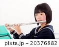フルートを演奏する中学生 20376882