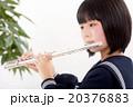 フルートを演奏する中学生 20376883
