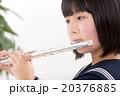 フルートを演奏する中学生 20376885