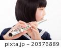フルートを演奏する中学生 20376889