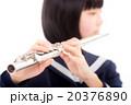 フルートを演奏する中学生 20376890