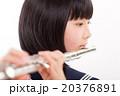 フルートを演奏する中学生 20376891