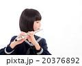 フルートを演奏する中学生 20376892
