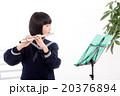 フルートを演奏する中学生 20376894