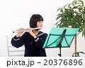 フルートを演奏する中学生 20376896