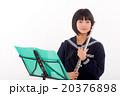 フルートを演奏する中学生 20376898