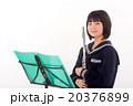 フルートを演奏する中学生 20376899