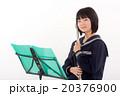 フルートを演奏する中学生 20376900