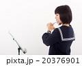 フルートを演奏する中学生 20376901