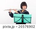 フルートを演奏する中学生 20376902