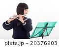 フルートを演奏する中学生 20376903
