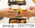 食事イメージ 乾杯する2人の手元 20377726