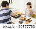 ホットプレートで焼き肉をする若い夫婦 20377733