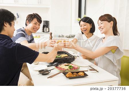 焼肉を食べながら乾杯する若い男女4人 20377736