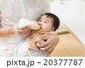 父親 赤ちゃん 飲ませるの写真 20377787