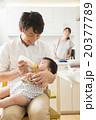父親 赤ちゃん 飲ませるの写真 20377789