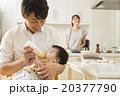 赤ちゃんにミルクを飲ませる若いお父さん 20377790