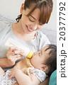 赤ちゃんにミルクを飲ませる若いお母さん 20377792