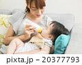 赤ちゃんにミルクを飲ませる若いお母さん 20377793