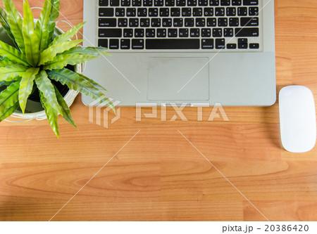 laptop on tableの写真素材 [20386420] - PIXTA