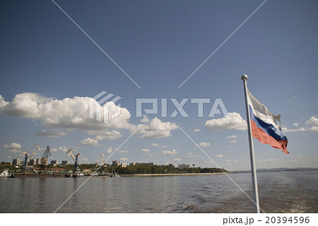ロシア連邦ハバロフスク アムール川とロシア国旗 20394596