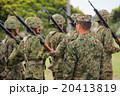 行進する自衛隊員と指揮官 20413819