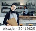 カフェを営む夫婦 20419825