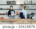 カフェを営む夫婦 20419876